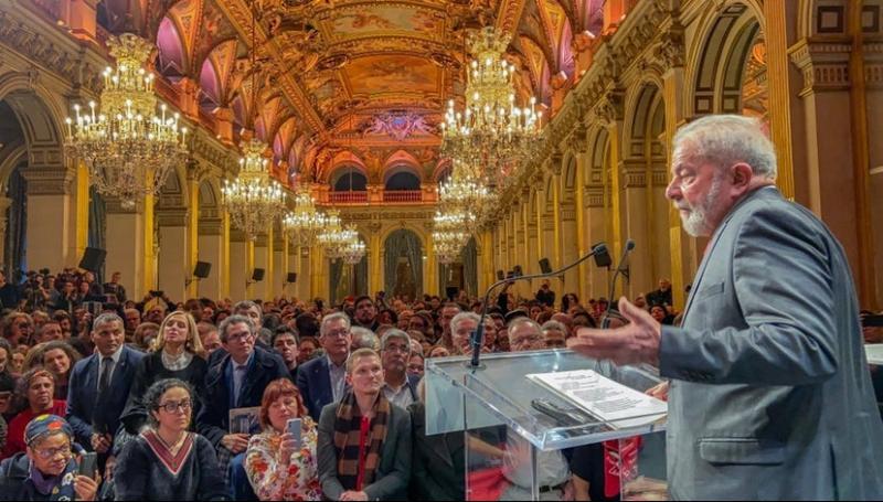 Lula recebe titulo de Cidadão Honorário de Paris e é ovacionado