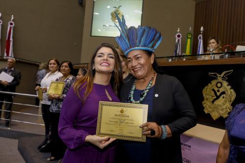 Artista plástica indígena é homenageada na Aleam pelo Dia Internacional da Mulher