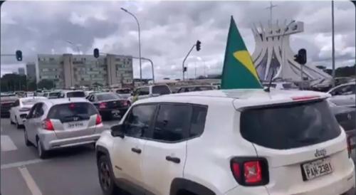 Bolsonaro ignora coronavírus e estimula e comemora protestos contra o Congresso e o STF