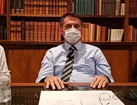 Bolsonaro chama governadores que decretaram quarentena de 'lunáticos'