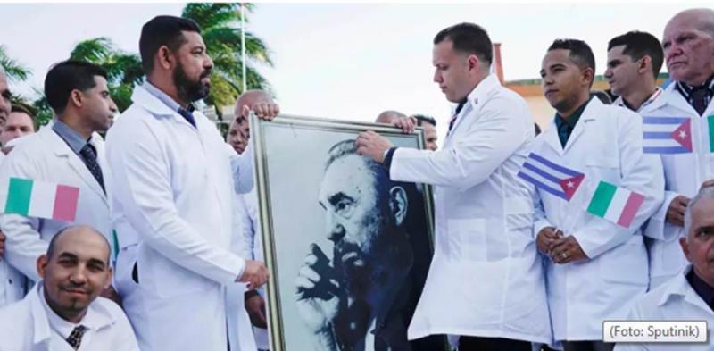 Expulsos do Brasil por Bolsonaro, médicos cubanos são festejados ao chegar à Itália; VÍDEO