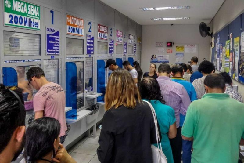 Bolsonaro ordena reabertura de igrejas e loterias