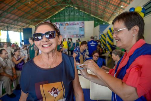Manaus adota estratégia de drive-thru para vacinar idosos
