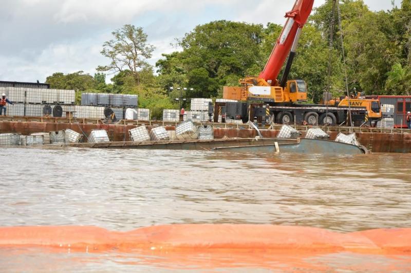 Um mês após naufrágio, Anna Karoline 3 é retirado do fundo do rio