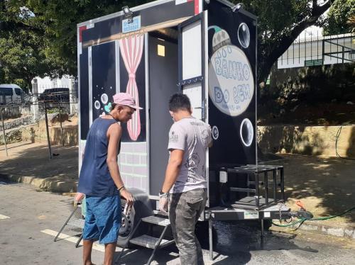 Pessoas em situação de rua recebem ação de higiene e orientação, em Manaus