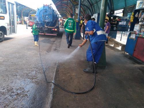 Terminais e plataformas de ônibus recebem lavagem e higienização, em Manaus
