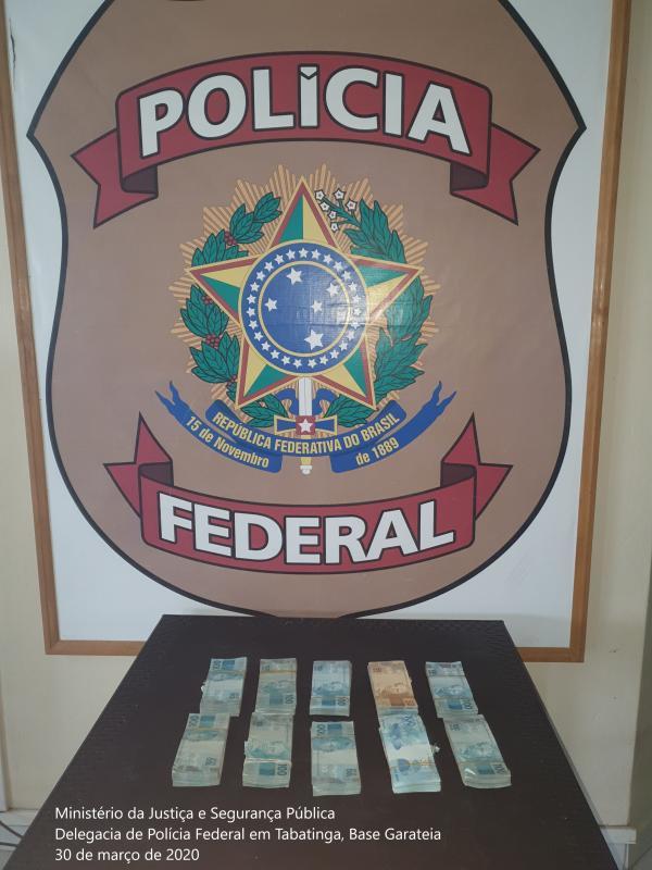 PF apreende R$ 100 mil dentro de sacos de cebolas em embarcação, perto de Tabatinga