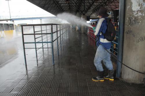 Estruturas do transporte coletivo e UBSs seguem recebendo ações de higienização, em Manaus