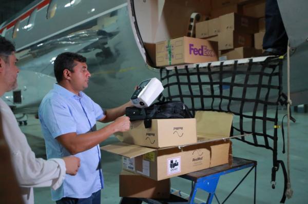 Wilson recebe novo carregamento de respiradores, no aeroporto de Manaus