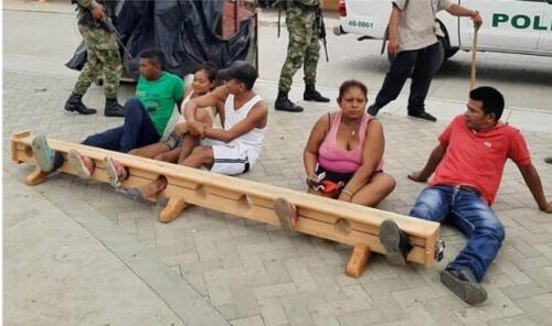 Na Colômbia, quem desrespeita a quarentena é preso pelo pés e colocado em praça pública