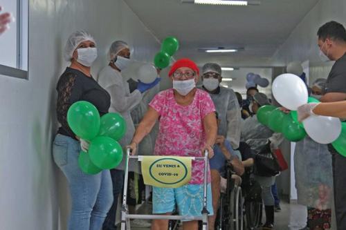 Palmas e muita emoção marcam alta de seis idosos da Fundação Doutor Thomas curados da Covid-19