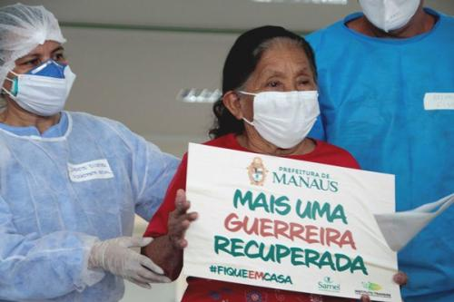 Aos 92 anos, indígena vence o coronavírus e recebe alta do hospital de campanha, em Manaus