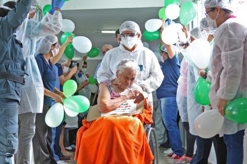 Com 105 anos, idosa de Manaus é a pessoa mais velha do Brasil a vencer a Covid-19
