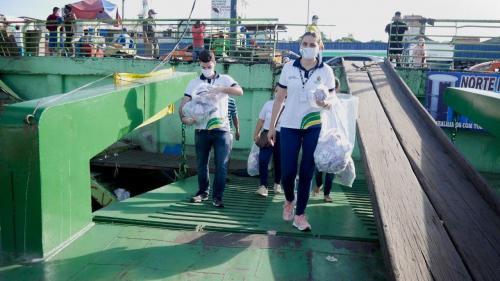 Governo do Amazonas distribui 5 mil máscaras no centro de Manaus