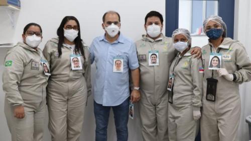 'Crachás acolhedores' mostram sorrisos de profissionais do hospital de campanha, em Manaus