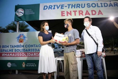 Prefeitura de Manaus doa 100 cestas básicas a catadores