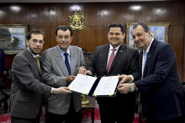 Senadores do AM comemoram R$ 3 bilhões aprovados para auxílio a artistas e setor cultural