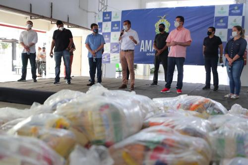 Wilson Lima entrega 20 toneladas de alimentos para trabalhadores dos bois e associações de Parintins