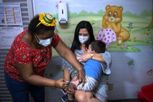 Crianças menores de seis anos são vacinadas contra gripe, em Manaus