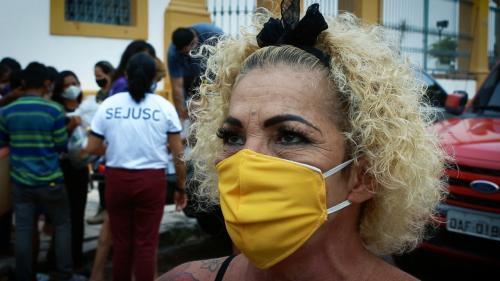 Profissionais do sexo que atuam no Centro de Manaus recebem cestas básicas, kits de higiene e preservativos
