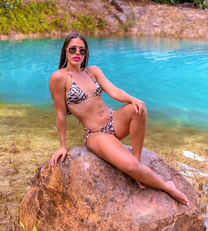 Porta-estandarte do Caprichoso mostra 'corpão' em fotos na Lagoa Azul, em Figueiredo