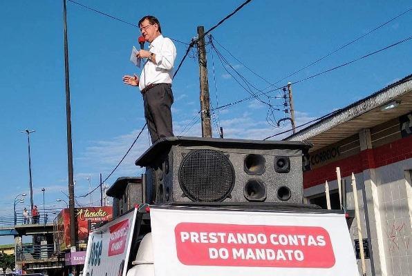 José Ricardo volta a realizar prestação de contas em cima da Kombi, em Manaus