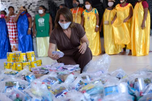 Primeira-dama de Manaus entrega cestas básicas e kits de higiene a indígenas venezuelanos