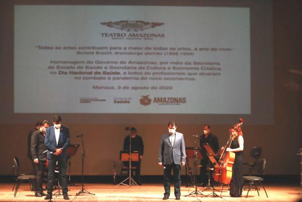 Profissionais da saúde recebem homenagem no palco do Teatro Amazonas