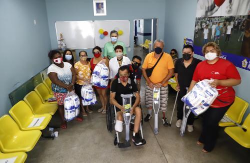 Prefeitura de Manaus inicia entrega de muletas e bengalas do programa 'Abraço Solidário'