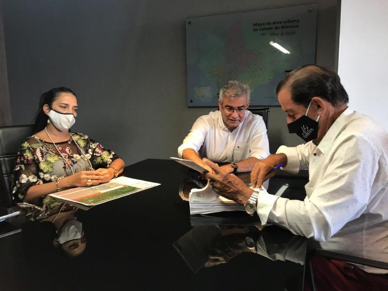 Seinfra assina convênio de R$ 5 milhões com Prefeitura de Tabatinga para investimento em obras