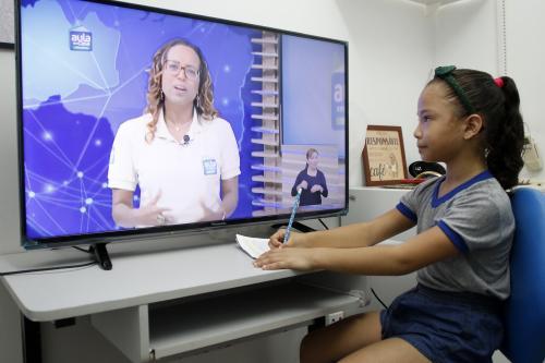 Alunos da rede municipal se adaptam à nova rotina de estudo, em Manaus