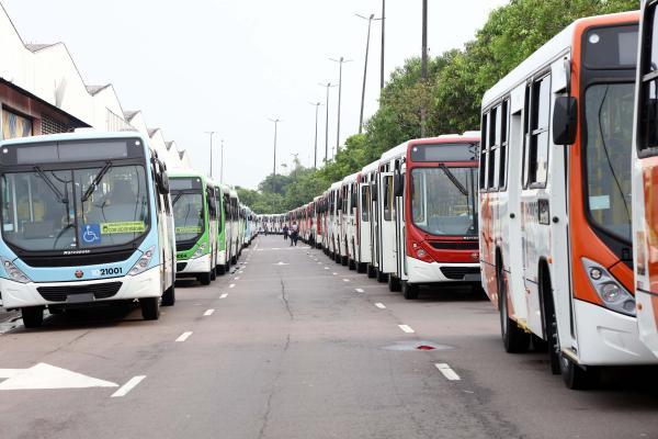 Arthur Neto entrega frota com mais de 100 ônibus novos para Manaus