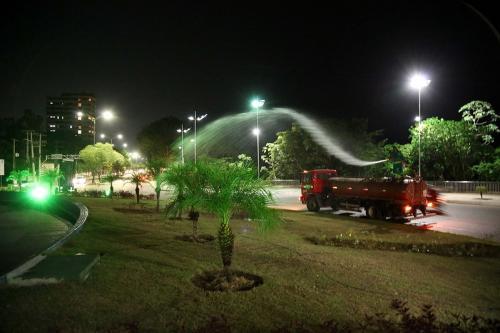 Prefeitura intensifica serviço de irrigação em espaços públicos com paisagismo e arborização