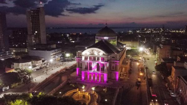Teatro Amazonas iluminado em lançamento do Outubro Rosa 2020