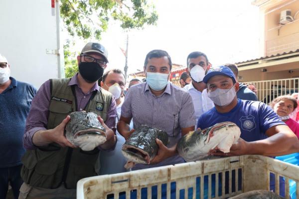 Em Tefé, Wilson e secretário nacional de Aquicultura visitam Feira do Pirarucu de Manejo