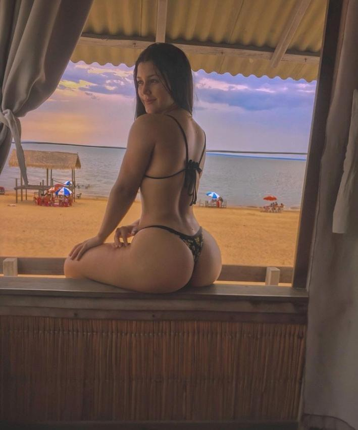 Janniely Canafistulla curte o final de semana na praia de Aramanai