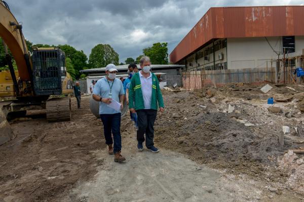 Arthur vistoria contenção de erosão, nova creche e outras obras, em Manaus
