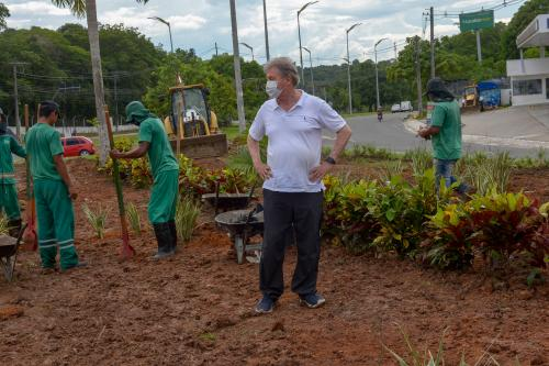 Paisagismo e arborização avançam e prefeito diz que plantio contribui na luta contra o aquecimento global