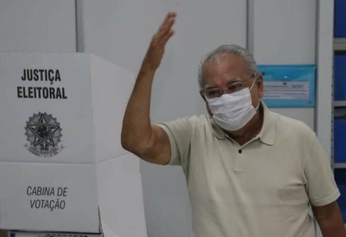 Amazonino vota na Sefaz e diz que torce 'pela vitória do povo'