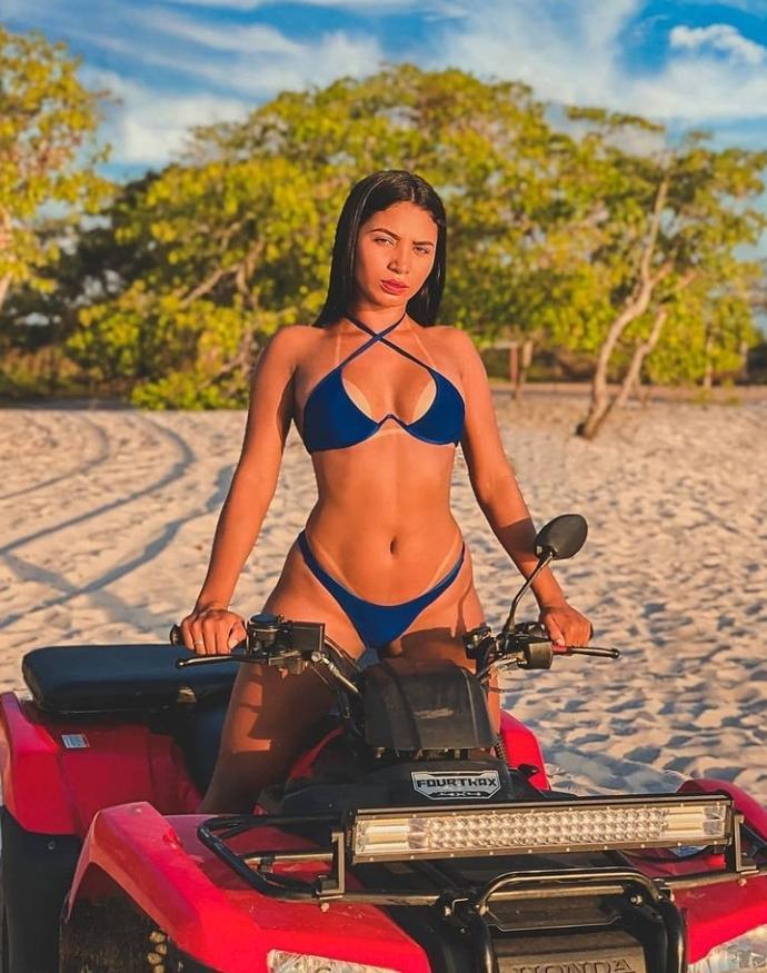 Em cima de quadriciclo, Maria Azevedo mostra marquinha na praia do Chacará