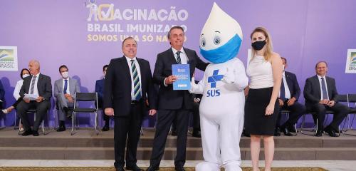 Zé Gotinha recusa apertar mão de Bolsonaro, que estava sem máscara, em evento sobre plano de vacinação
