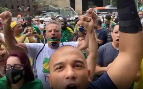Sem máscaras, bolsonaristas dizem não à vacina em protesto na Paulista