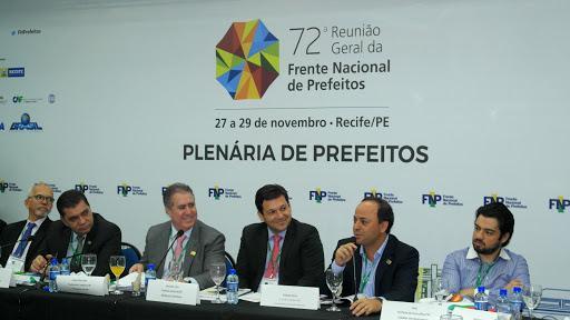 Frente Nacional de Prefeitos desmente Bolsonaro que municípios tem seringas em estoque para vacinação