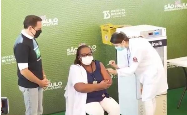 Enfermeira, negra, de Itaquera, é a primeira ser receber a vacina da coronavac no Brasil