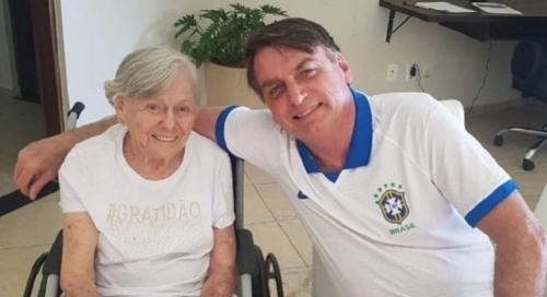 Mãe de Bolsonaro é vacinada em casa contra a Covid