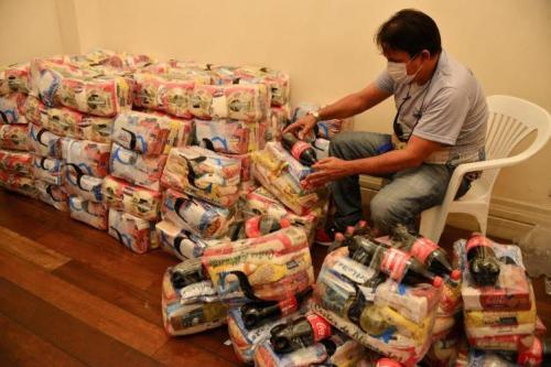 SEC entrega mais de 160 cestas básicas a artistas e técnicos, em Manaus