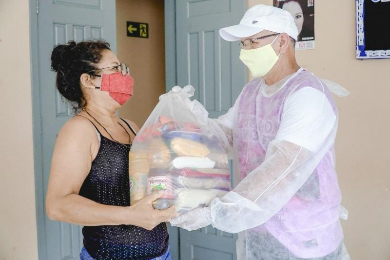 Catraieiros de Alter do Chão recebem cestas básicas da Secretaria de Assistência Social