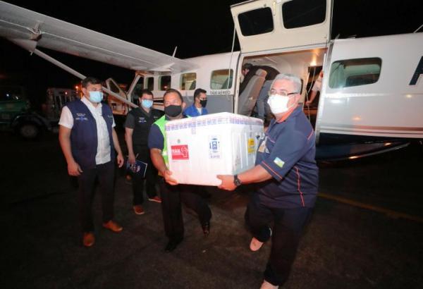 Governador acompanha chegada de mais 76 mil doses de vacinas ao Amazonas