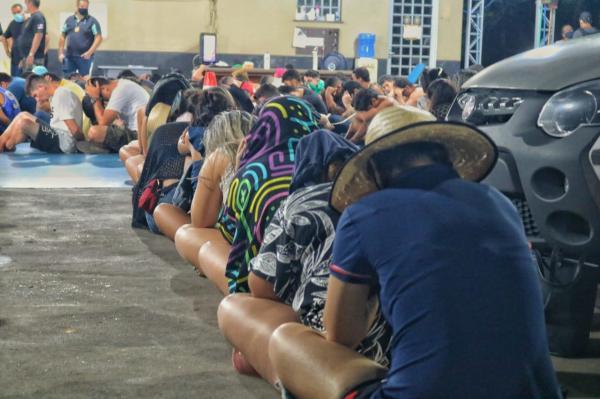 100 são presos em festa clandestina regada a drogas em sítio da BR-174, em Manaus