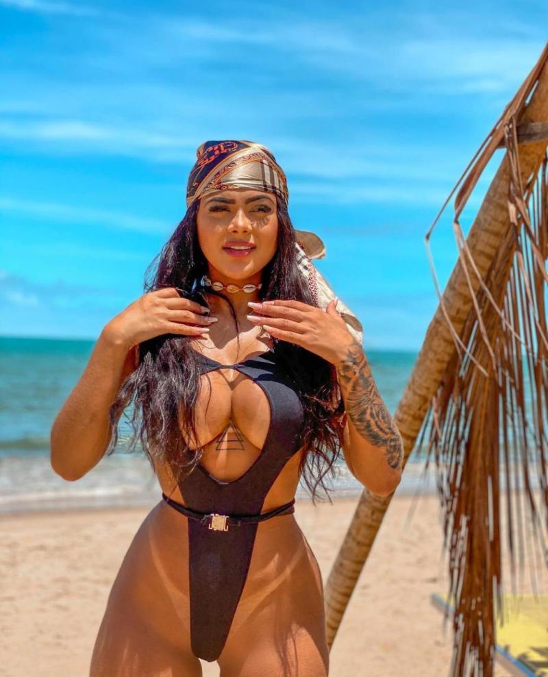 Influencer, Duda capricha no maiô cavado em dia de praia, na Bahia